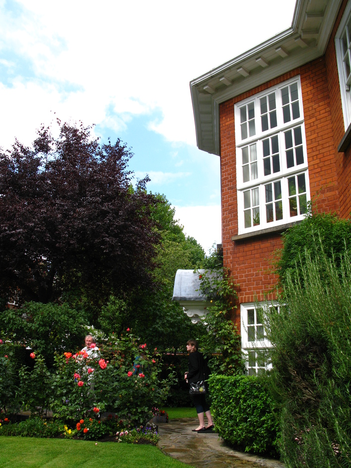 Freud Museum - Side view of the entrance and front garden