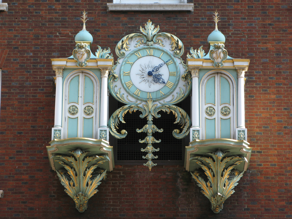 Fortnum & Mason: 1707 Wine Bar - The clock on the facade of Fortnum and Mason