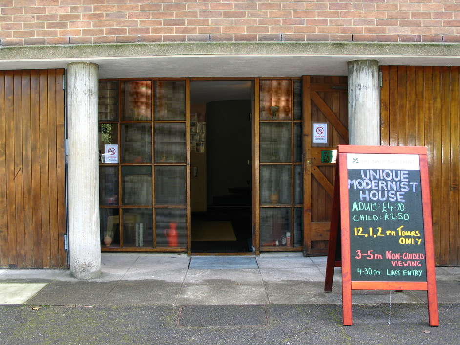 2 Willow Road - The entrance to 2 Willow Road