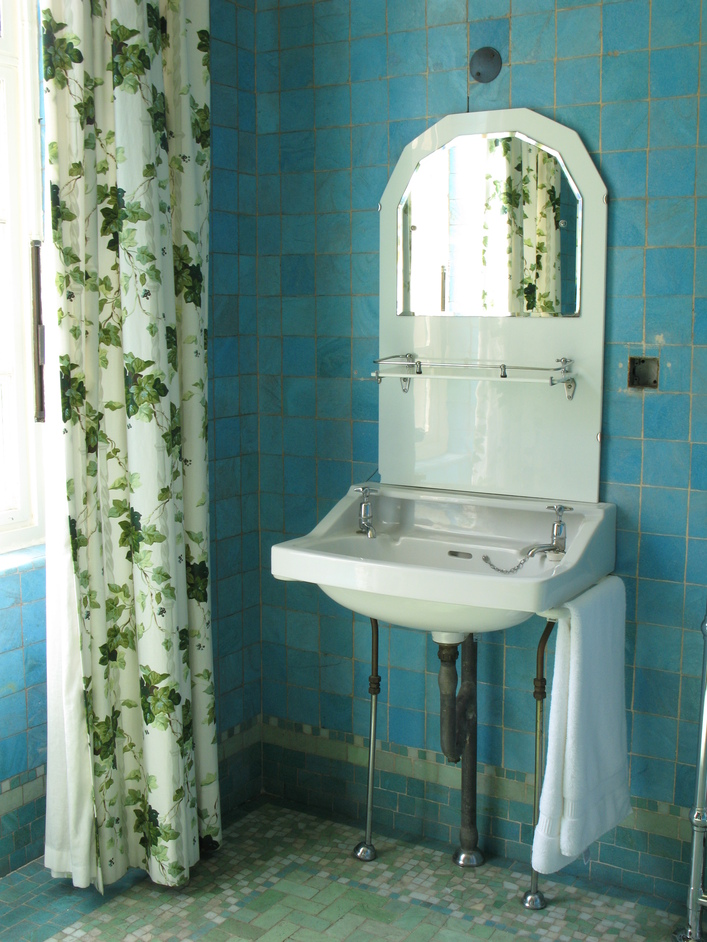 Eltham Palace - Stephen Courtauld's tile-lined bathroom.