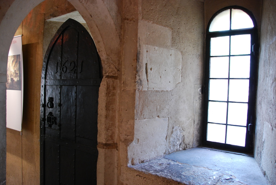 Great College Street - 17th Century Door Inside The Jewel Tower