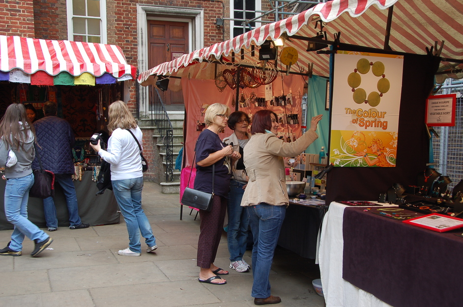 Piccadilly Market (forecourt of Saint James\'s Church)
