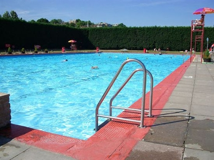 Park Road Lido in London | Nearby hotels, shops and ...