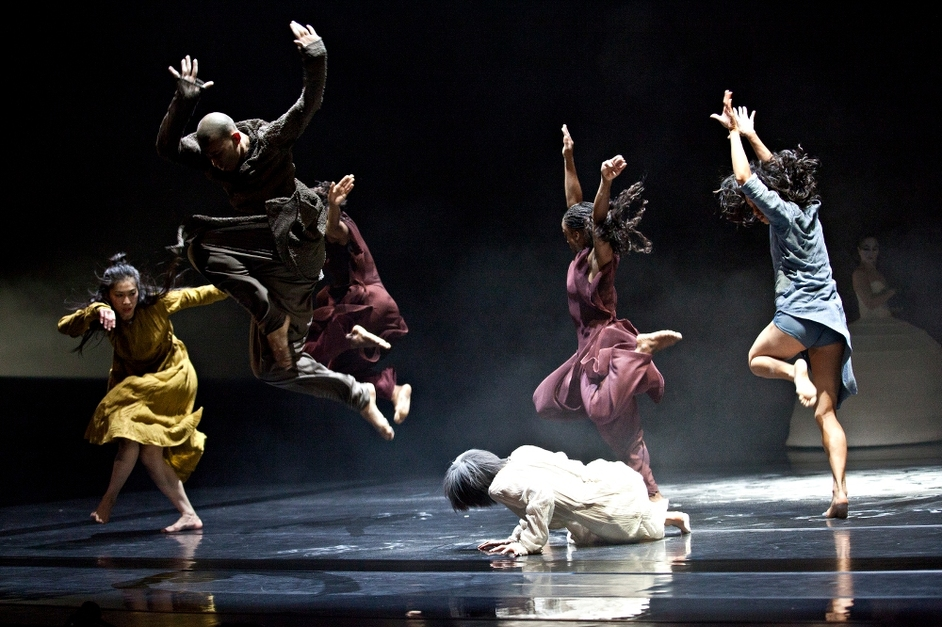 Akram Khan Company: iTMOi - Photo by Louis Fernandez