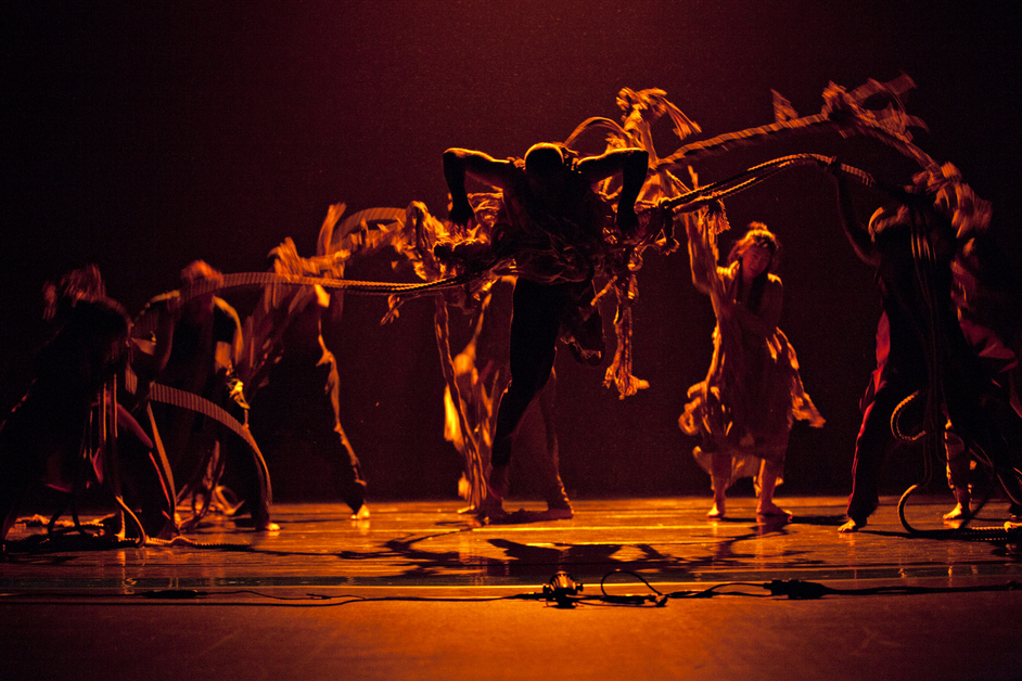 Akram Khan Company: iTMOi - iTMOI, photo by Jean-Louis Fernandez