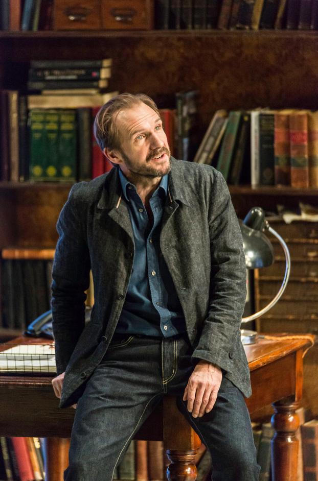 Table - Ralph Fiennes (John Tanner) photo Johan Persson