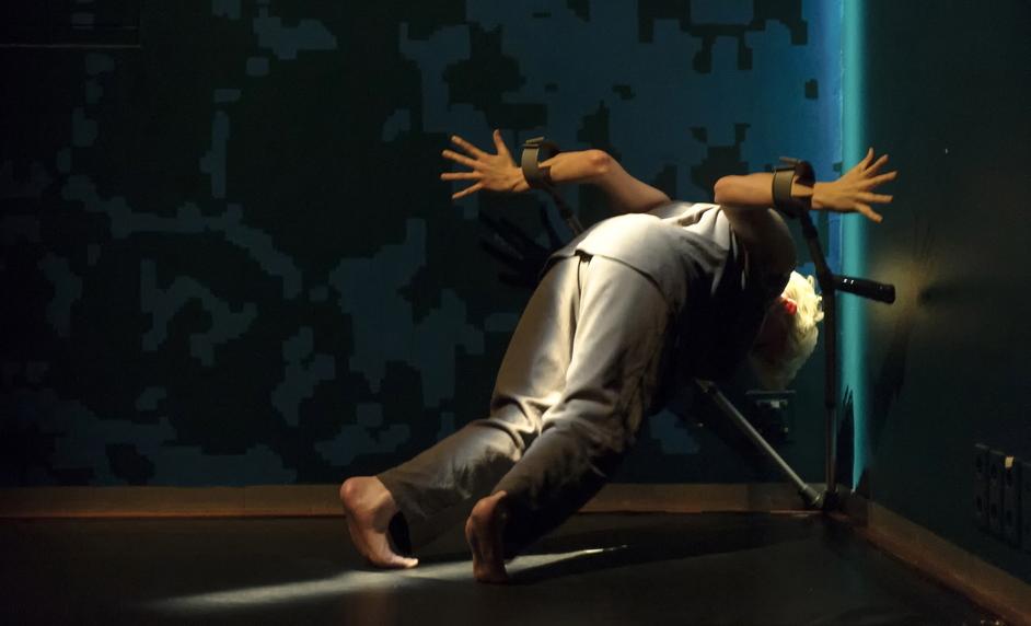 Dance Umbrella 2015 - Claire Cunningham, Give me a reason to Live, photo Ben Nienhuis