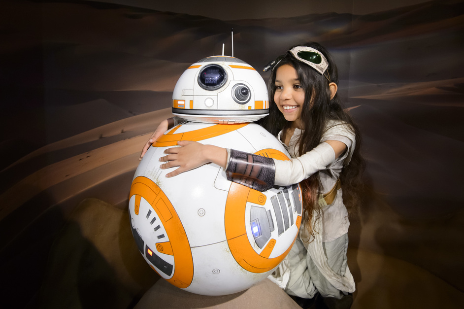 Star Wars at Madame Tussauds - Star Wars fan meets BB-8 in Jakku Desert scene