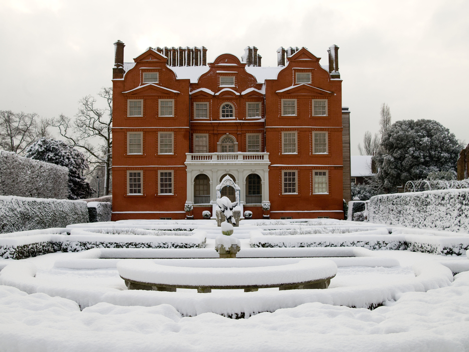 Kew Gardens (Royal Botanic Gardens) - Kew Palace in the snow © RBG Kew