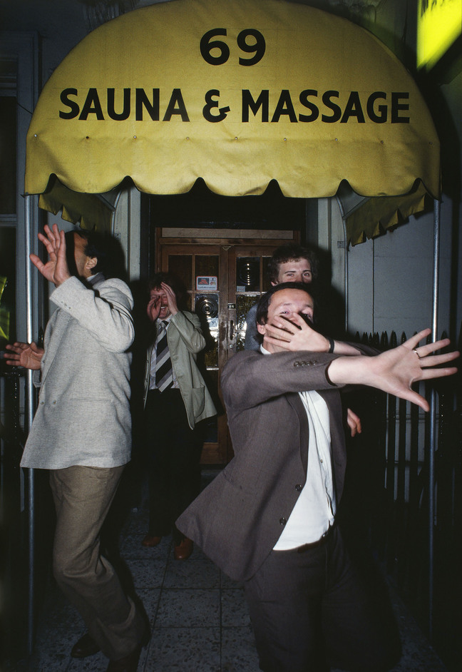 Shot in Soho - William Klein, Men hiding their faces / 69 Sauna & Massage © William Klein, courtesy of the artist